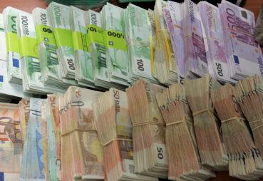 Στην Μεσαρά Ηρακλείου, έκρυψαν χιλιάδες ευρώ σε παλιά ρούχα και κατέληξαν στα σκουπίδια