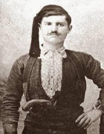 Ο Λούης Τίκας με την Κρητική φορεσιά