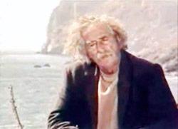 Ο Κώστας Πετράκης μετά τον ερχομό του στην πατρίδα επέλεξε να ζει σαν ερημίτης στην ακτή του Λέντα στην Κρήτη.